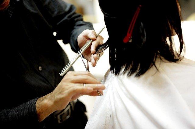 髪をカットしている画像