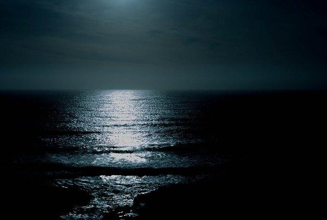 暗い海の画像